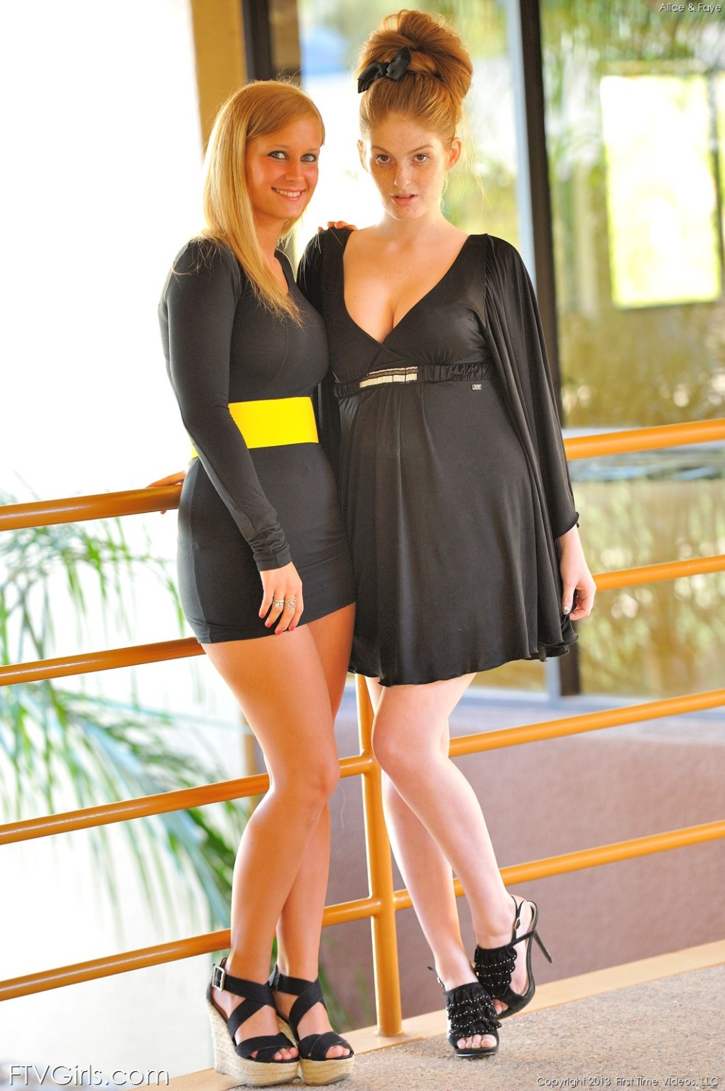 Две красивые голые рыжие девушки