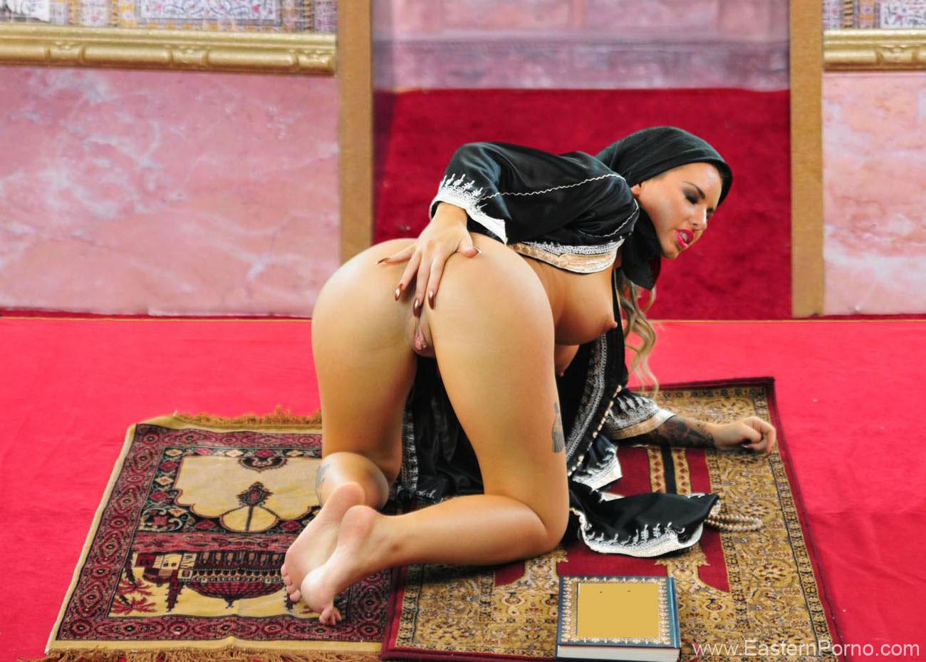 Замаскировавшись под арабскую принцессу Кристи Мак занимается мастурбацией