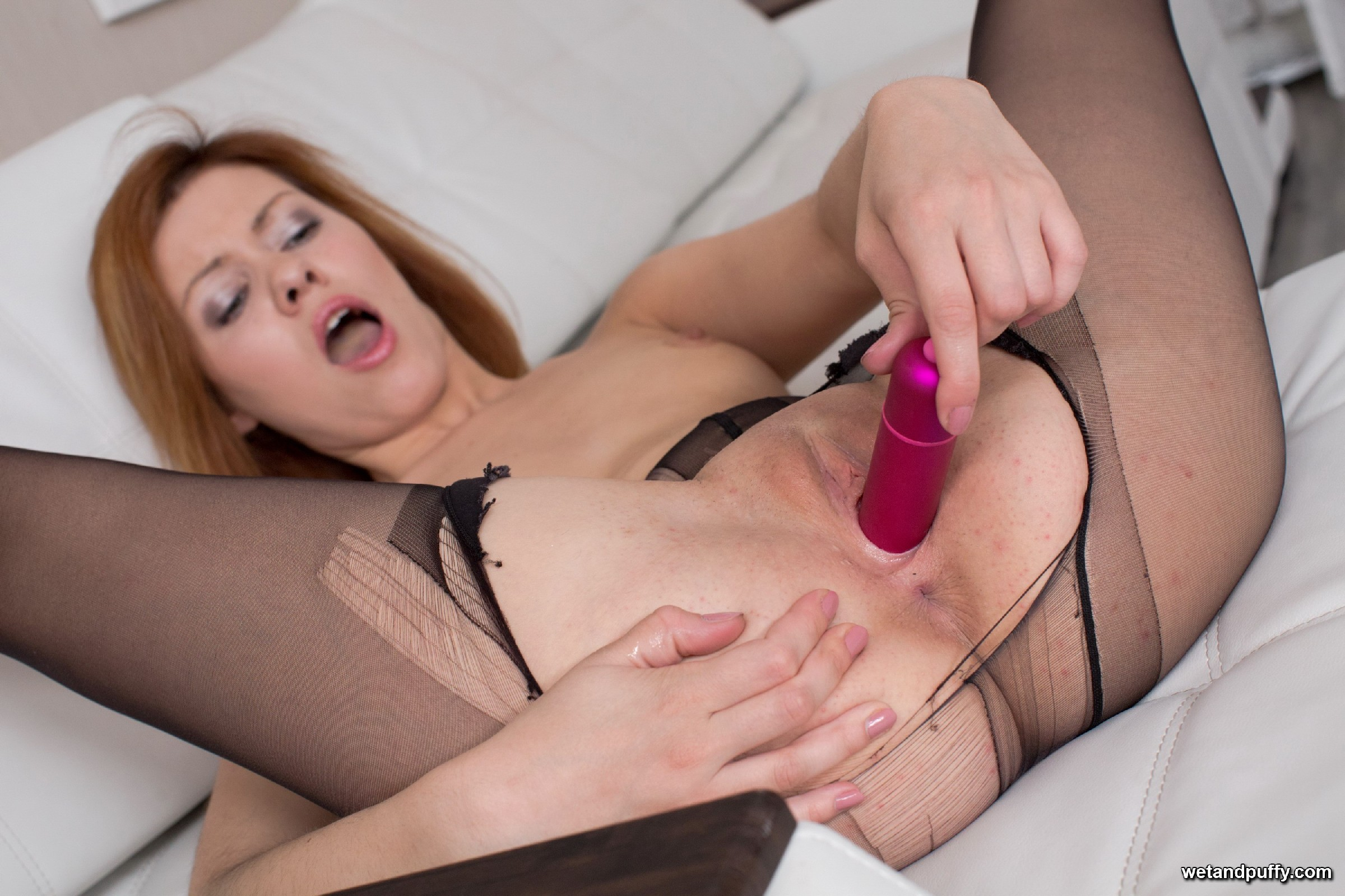 Похотливая шлюшка разрывает на себе колготки и начинает запихивать в себя различные игрушки из секс-шопа