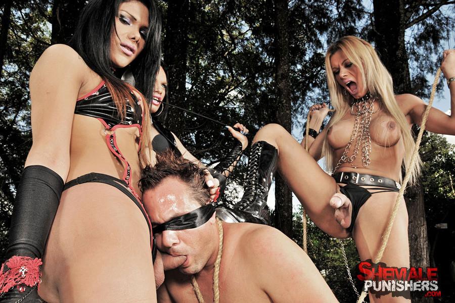 Жена наняла трех извращенцев трансов, чтобы те отымели ее мужа, который так любит ей изменять