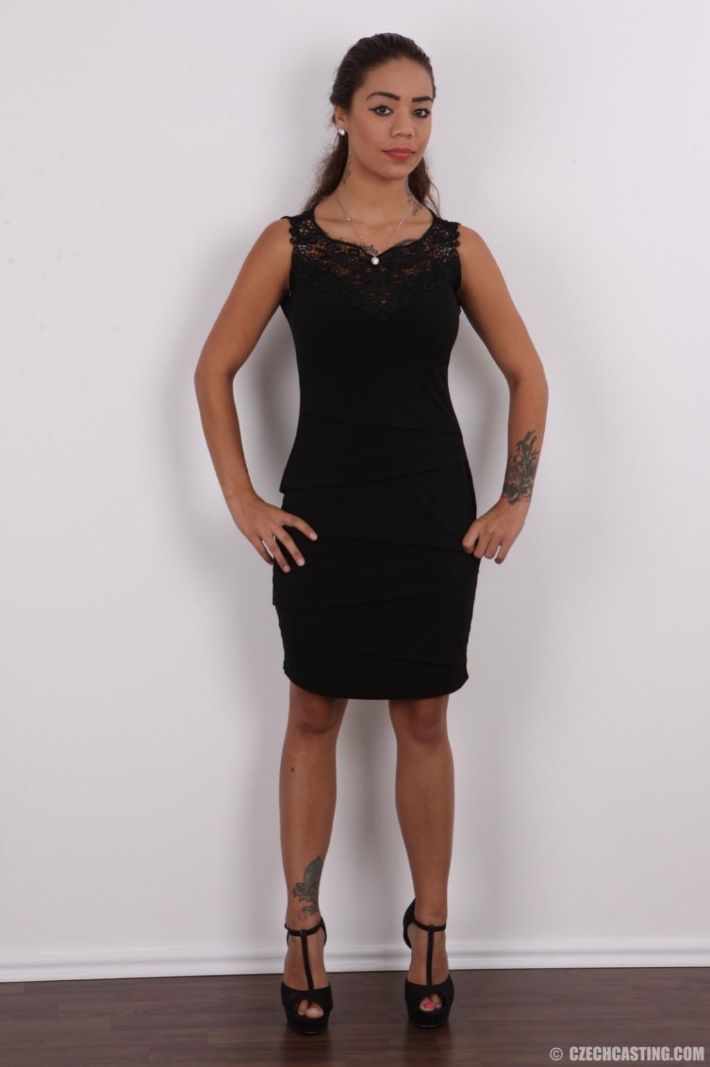 Восхитительная телочка осталась без своего черного платья