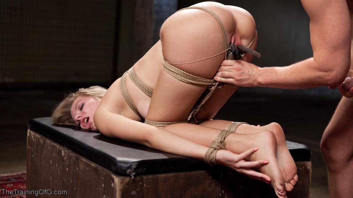 Горячая парочка решается на секс, применяя веревки, прищепки и не только