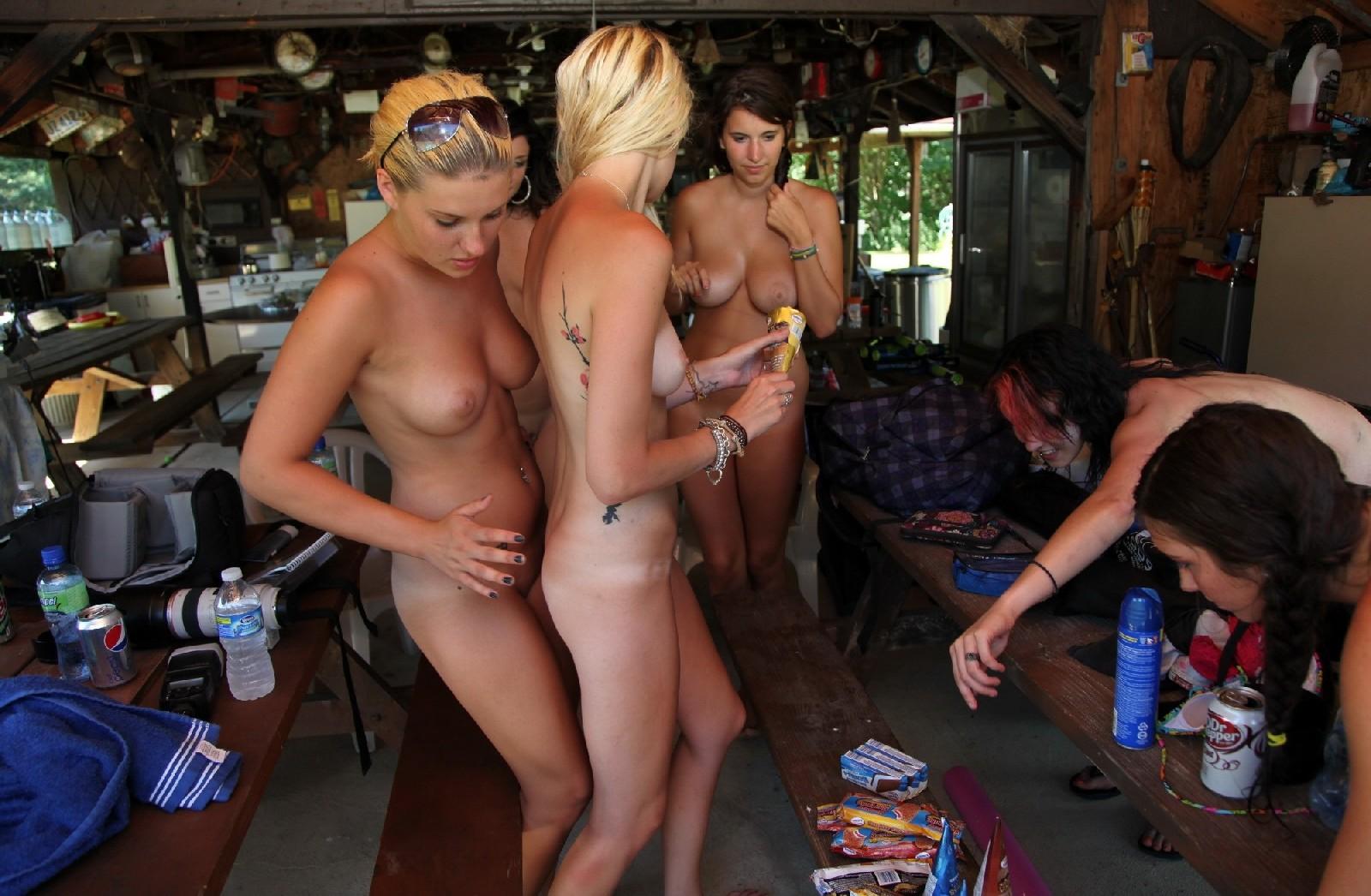 Подружки отдыхают голышом и совершенно не обращают ни на кого внимания - им стесняться нечего