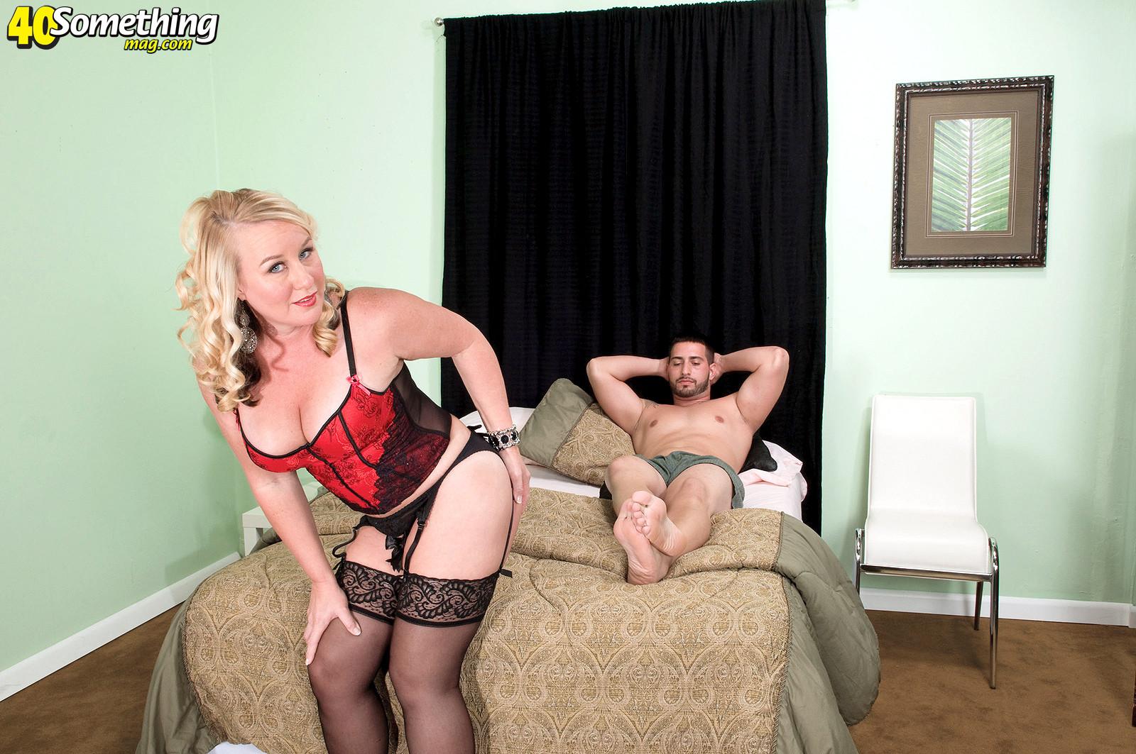 Зрелая блонда заглянула в гости к другу с самого утра, когда у него в трусах классный стояк