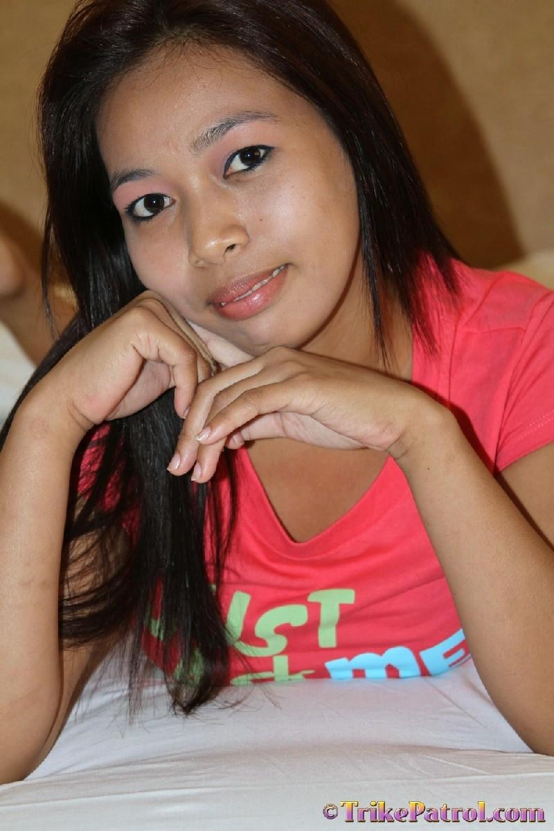 Молодая филиппинка показывает свое молодое тело, не стесняясь оголять даже самые откровенные зоны