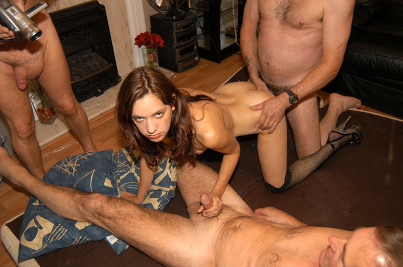 Куча мужиков имела в свое удовольствие брюнету и наконец они решили вставить ей по палочке и в задницу