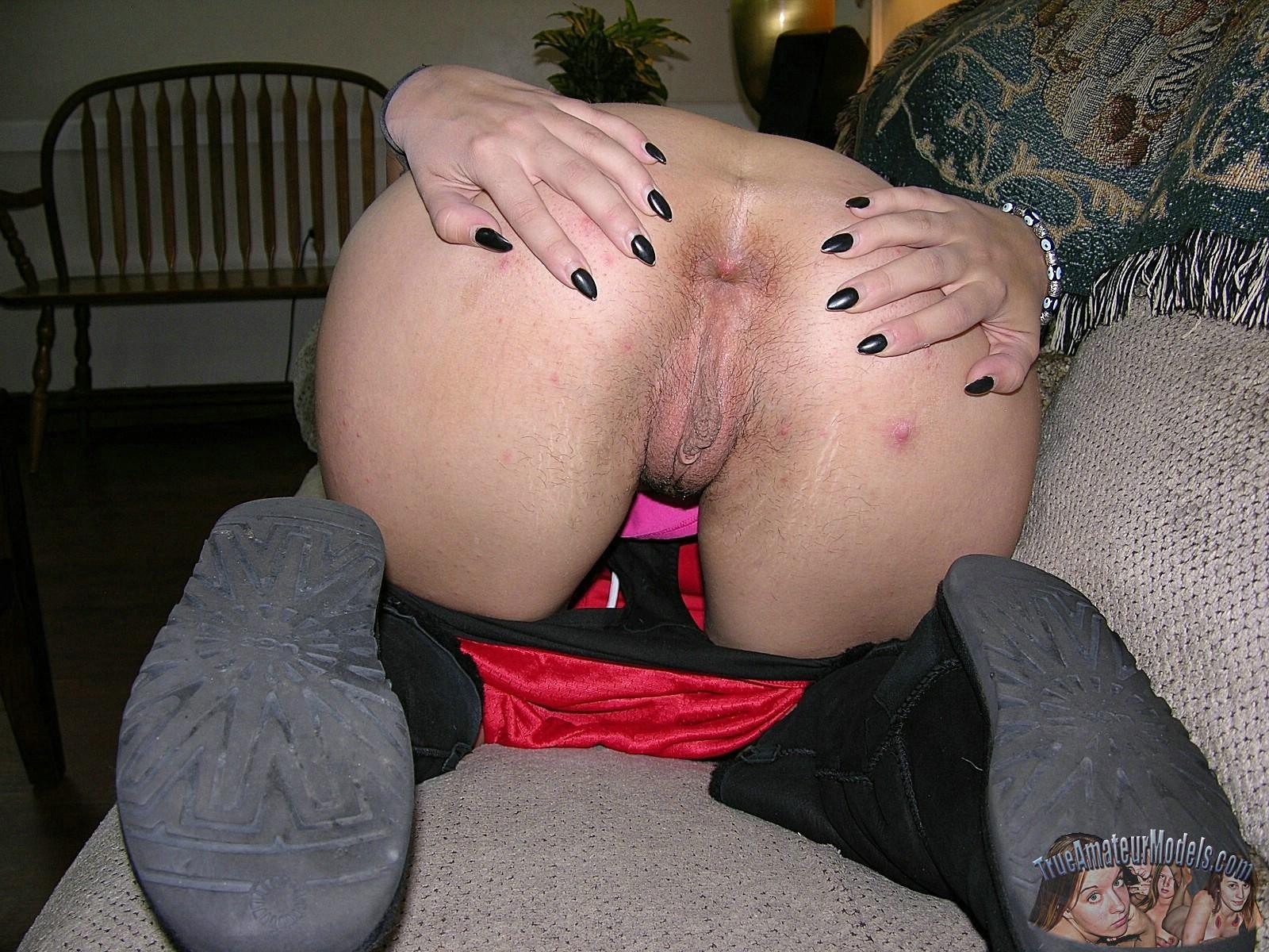 Лолита стоит на коленях и, прогибая спинку, показывает упругую задницу и узкий анус