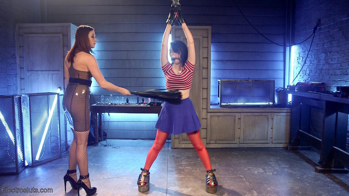 Девушки решают испробовать друг на друге игры с применением хлыста и электростимуляции