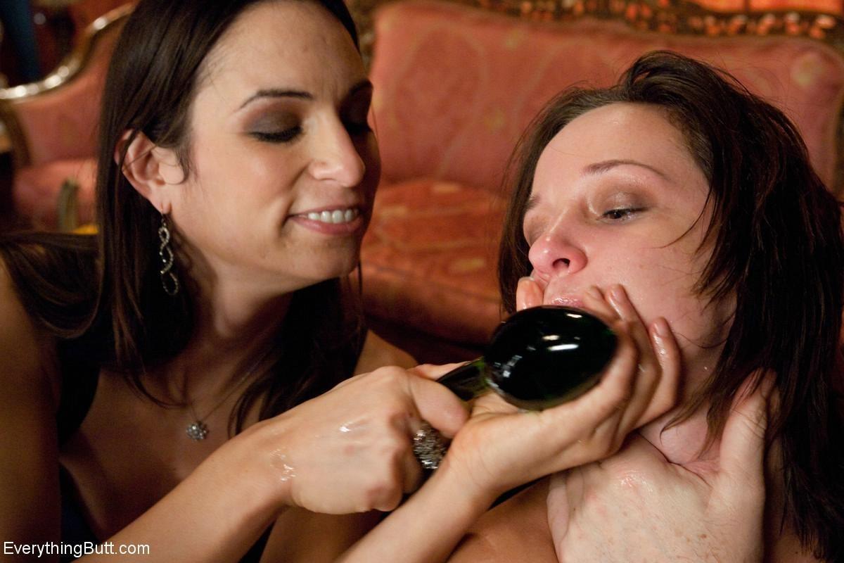 Хозяйке дома не понравилось обращение горничной с овощами, и она решила трахнуть служанку огурцом в жопу