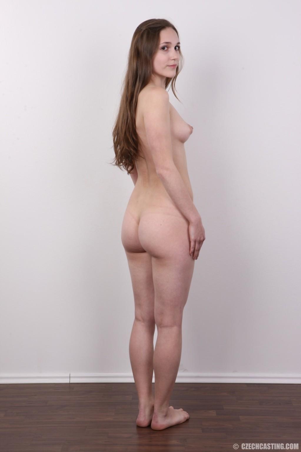 Без теплых колгот и скромного закрытого платья эта девушка сразу превращается в сексуальную красотку