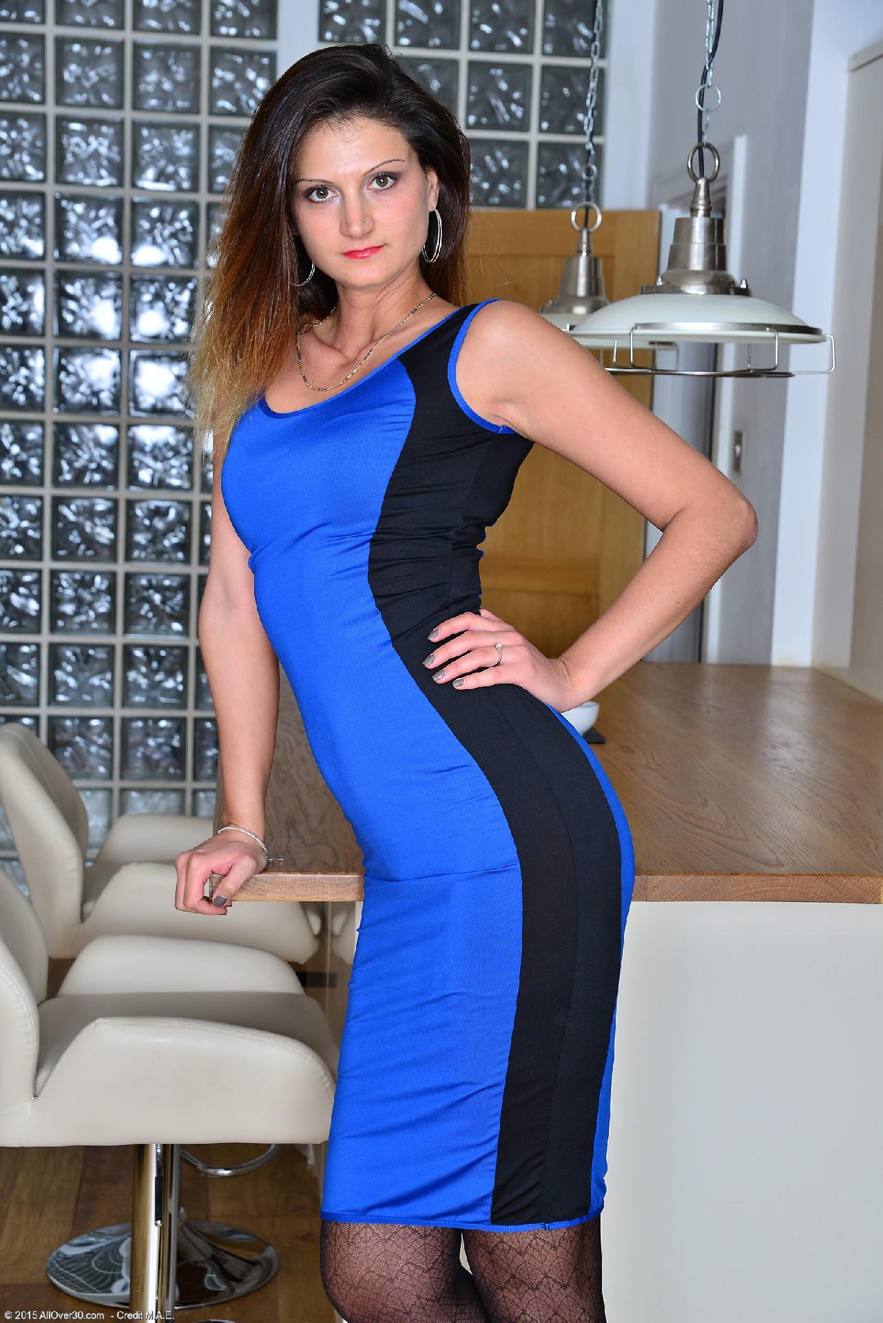 Ева Джонсон снимает с себя обтягивающее платье и оказывается обнажена