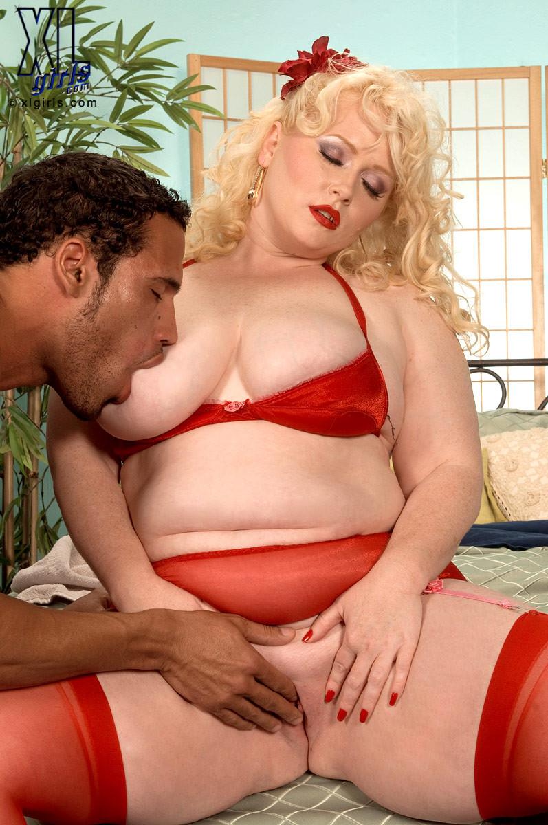 Жирная блондинка с удовольствием насаживается на член и трахается, как будто это последний секс