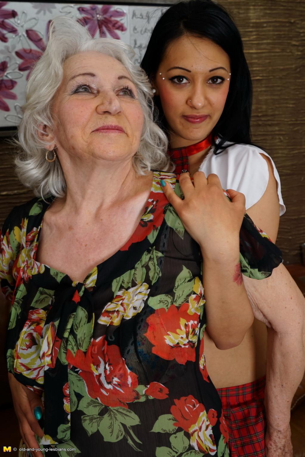 Горячая брюнетка нашла пожилую любовницу, которая просто мастерски делает куни