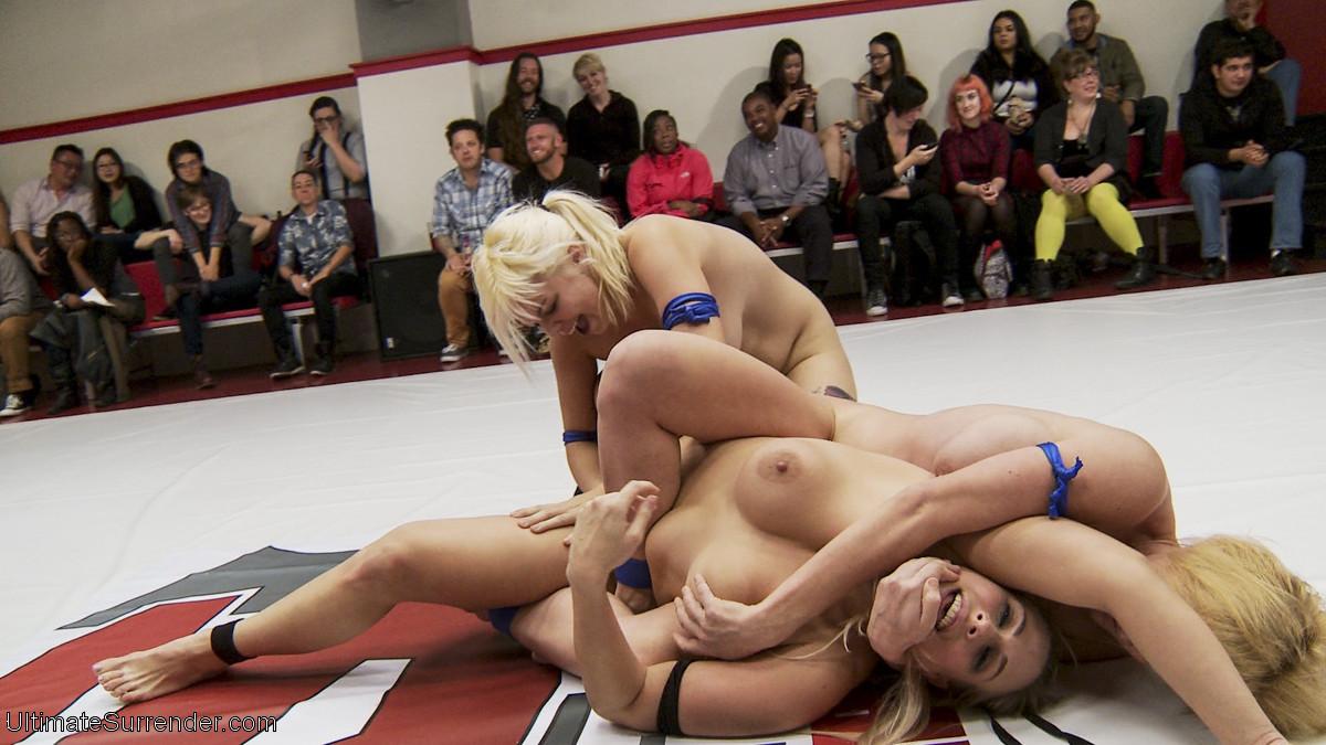 Крупные спортивные девчонки занимаются офигенным спортом на публике, еще и трахая друг другу пизденки