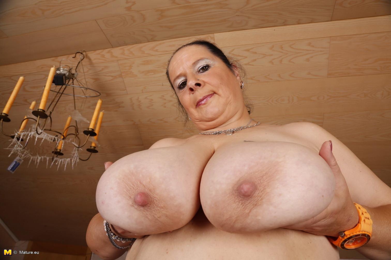 Огромные буфера этой зрелой женщины поразят кого угодно, тем более, когда их можно разглядеть так близко