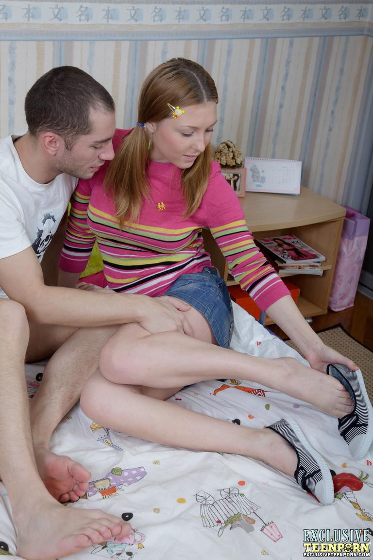 Сладенькая девчонка позволяет парню делать все