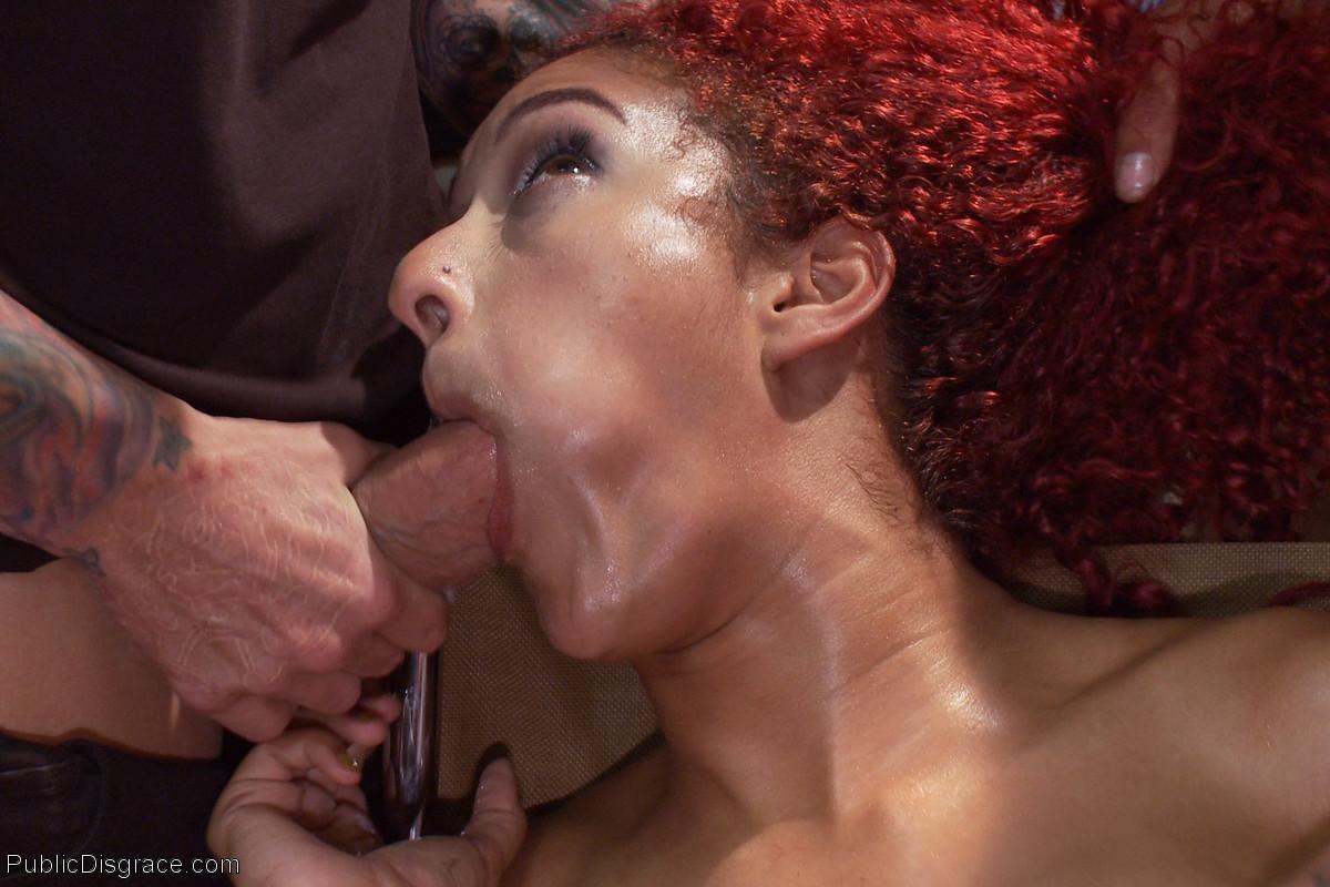 Рыжеволосой мулатке нравится, когда над ней издеваются над публикой и ебут ее вагину рукой