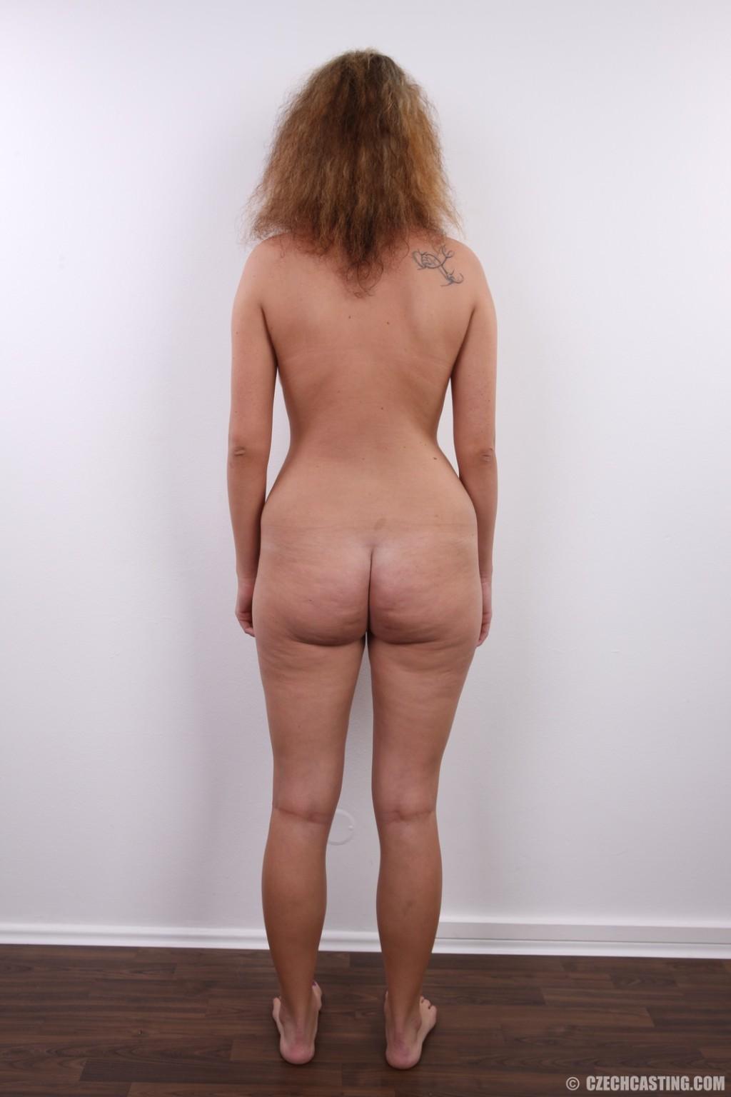Сероглазая девчонка с гибкой талией позволяет снять на камеру все, даже голенькую киску