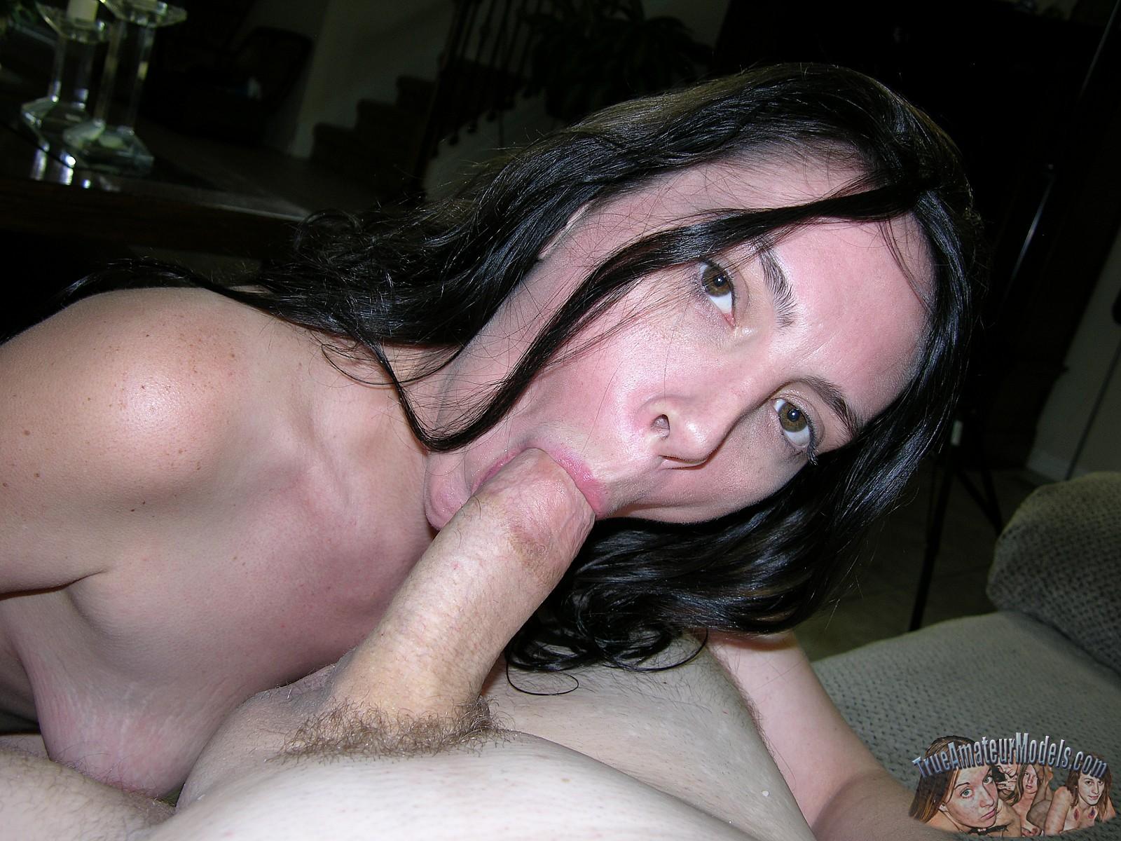 Хорошенькая сосалка принимает на рот, затем подставляет сраку, чтобы любовник туда кончил