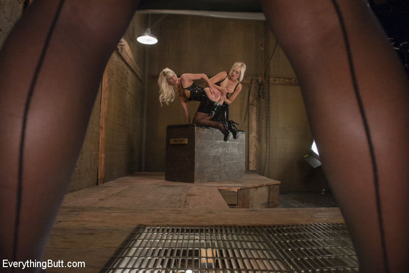 Три блондинки лесбиянки развлекаются со своими вагинами, вставляя твердые предметы