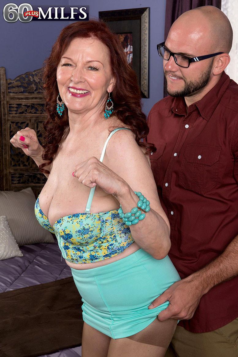 Катерина Мерлот позволяет молодому мужчине поставить себя раком и снять колготки с трусиками