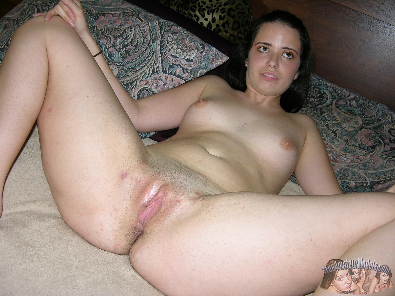 Хейли дразнит сочными растянутыми половыми губками, между которых имеется влажная щелочка