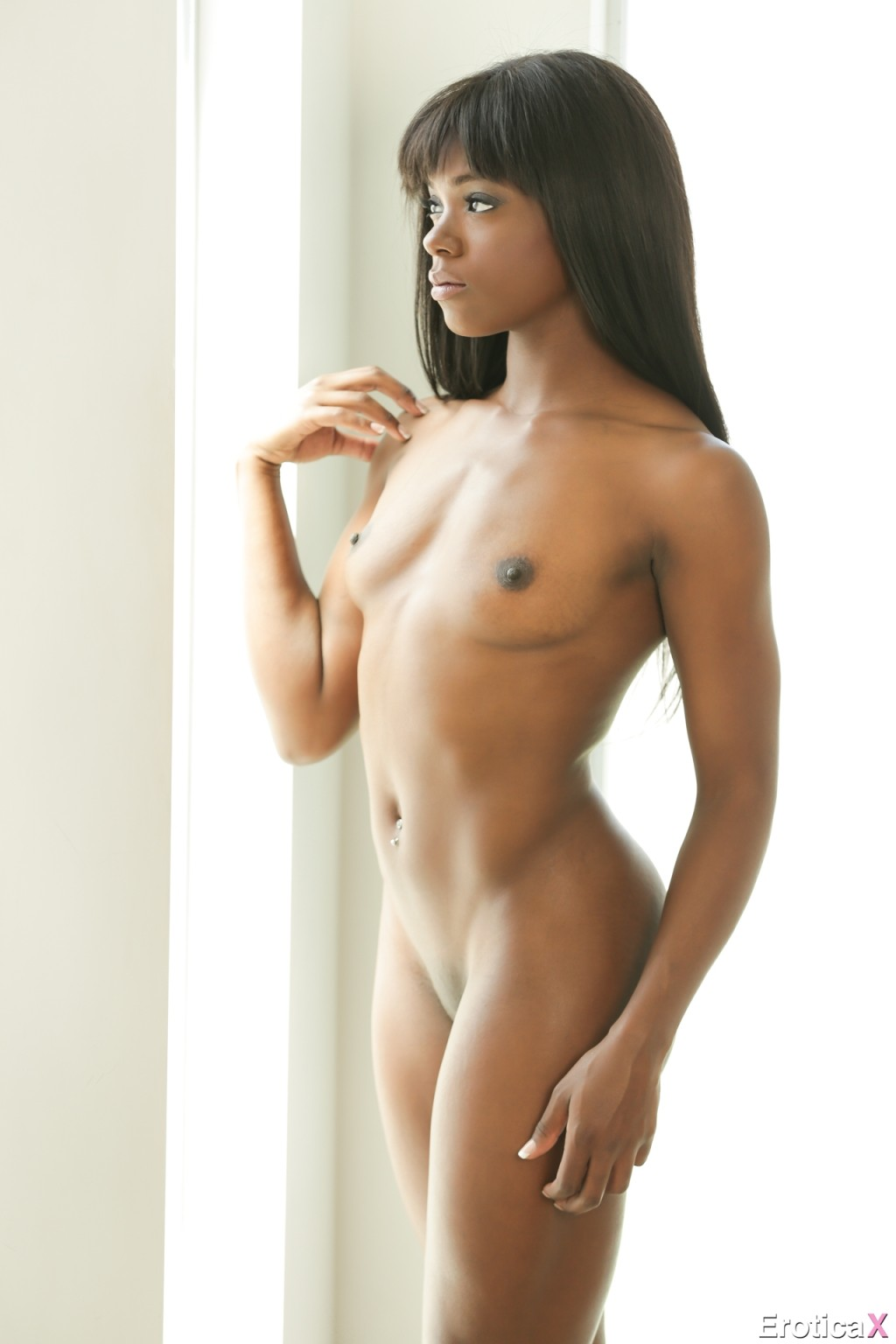 Ана Фокс позирует без одежды и подставляет свою черную пизденку для секса возбужденному мужчине