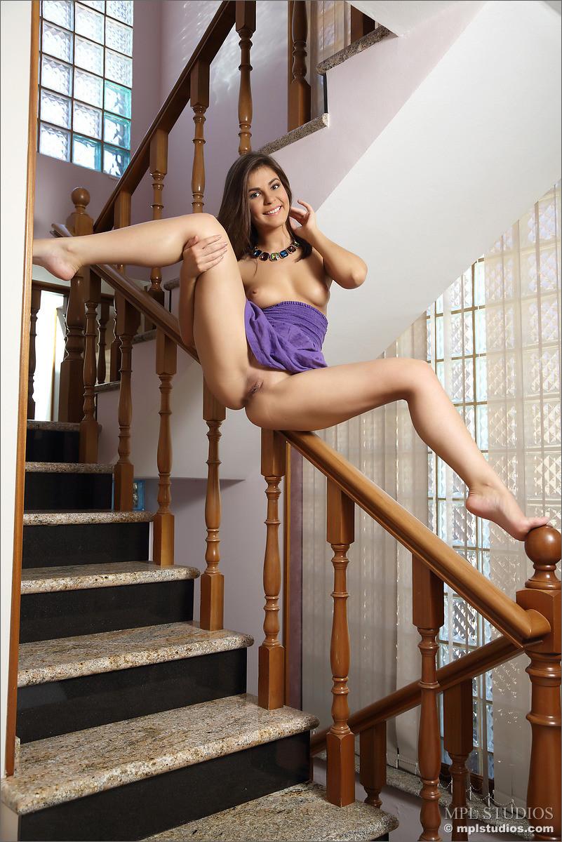 Зельда поднимается по лестнице и при этом снимает с себя всё лишнее, демонстрируя фигуру