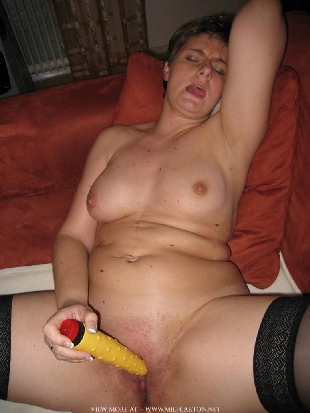 Горячие опытные дамочки мастурбируют с помощью разных вибраторов и фаллосом, при этом получая коллосальное удовольствие