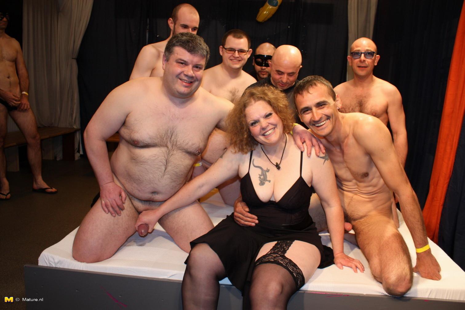 На одну толстую женщину накидываются сразу несколько самцов, и она торопится обслужить каждого