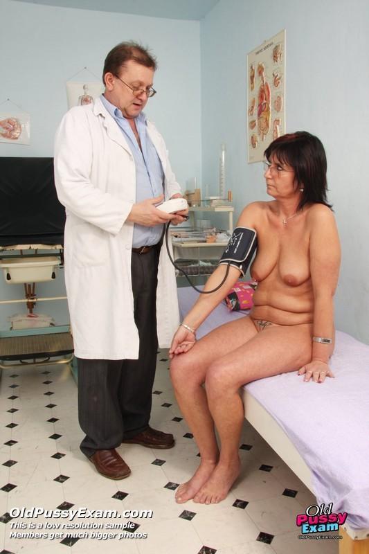 Мужчина-гинеколог устраивает детальный осмотр зрелой женщине
