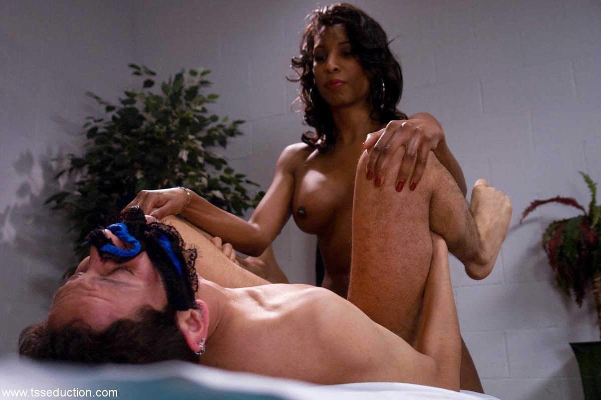 Массажист издевается с клиента, заставляя его сосать член и облизывать ноги, затем ебет его жопу