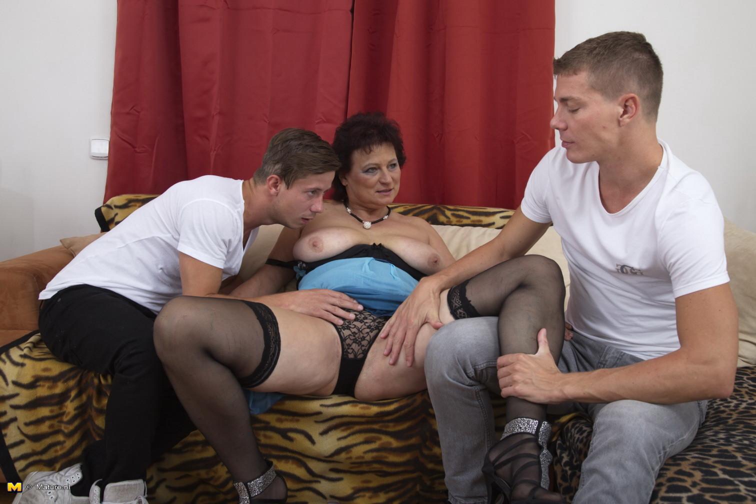 Два молодых парня оказываются в компании зрелой женщины, которая разрешает трогать себя везде