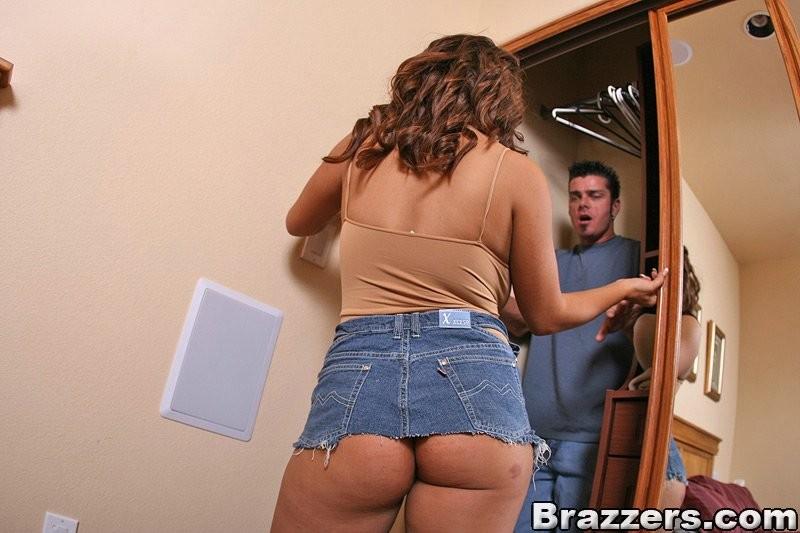 Жопастая телка что-то ищет в комнате, наклоняется, а мужик из шкафа наслаждается видом ее жопы, он уже хочет вставить туда свой хуй