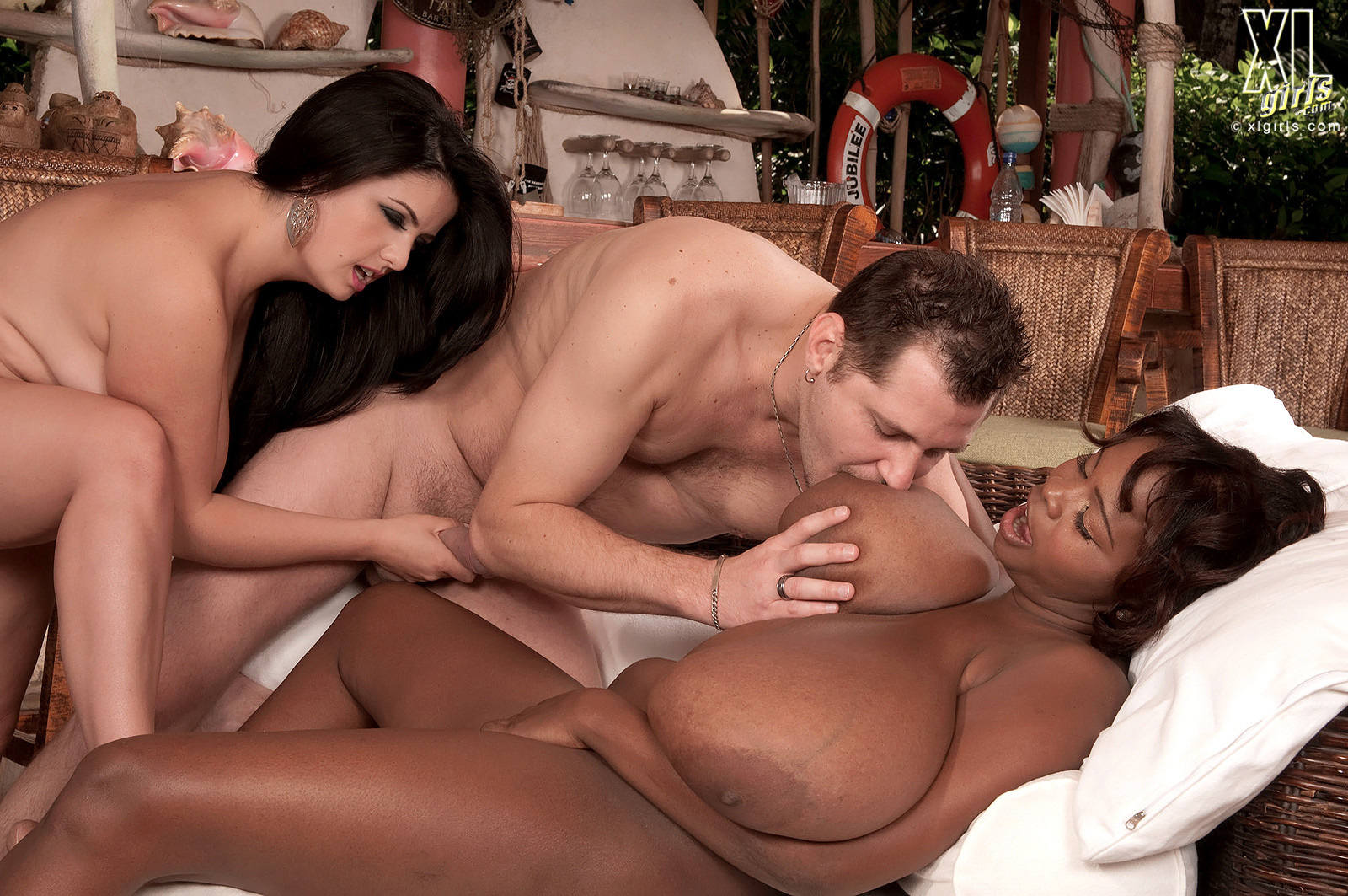 Две пышнотелые дамочки Адрианна Синн и ее подруга трахаются с ненасытными белыми парнями