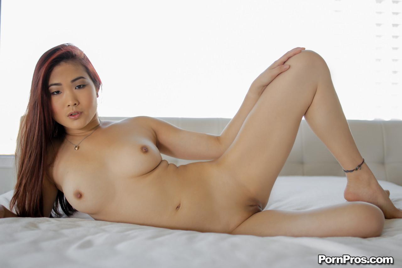 Сексуальная молодая азиатка отдается в пизду, а затем подставляет ротик для густого фонтана спермы