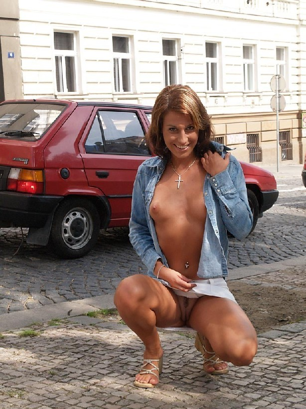 Тина обожает обнажаться на улицах города, в публичных местах, при этом шокируя прохожих своей откровенностью
