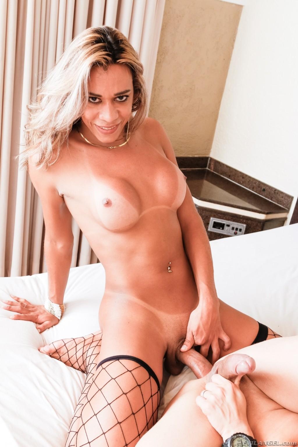 Горячий транс в чулочках отымел своего дружка бисексуала в попку, доказывая, что это будет ему приятно