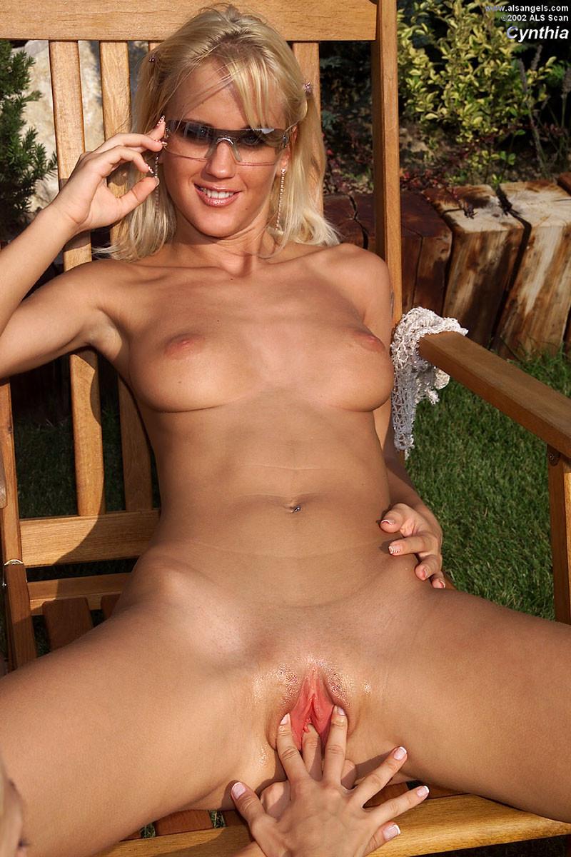 Соблазнительная стройная блондинка загорает, а к ней пристраивается еще одна красотка и делает куни с фистингом