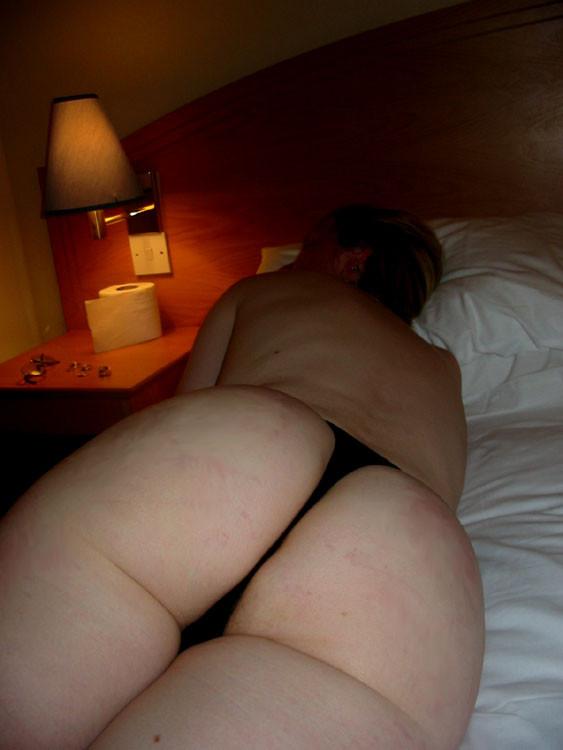 Втайне от жены мужик снимает ее голое тело, когда она купается и когда спит, чтобы подрочить потом в туалете