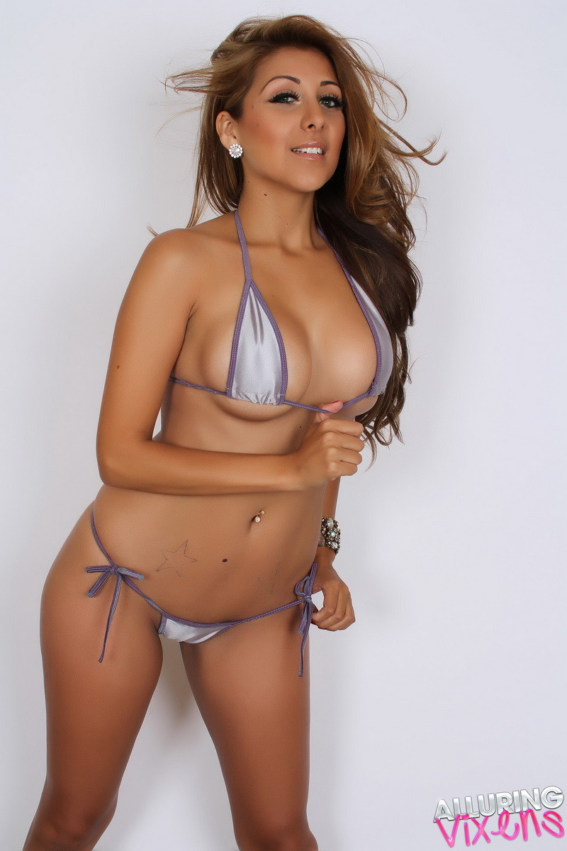 На Софии крохотное бикини, но оно лишь немного прикрывает ее эффектную, стройную фигуру