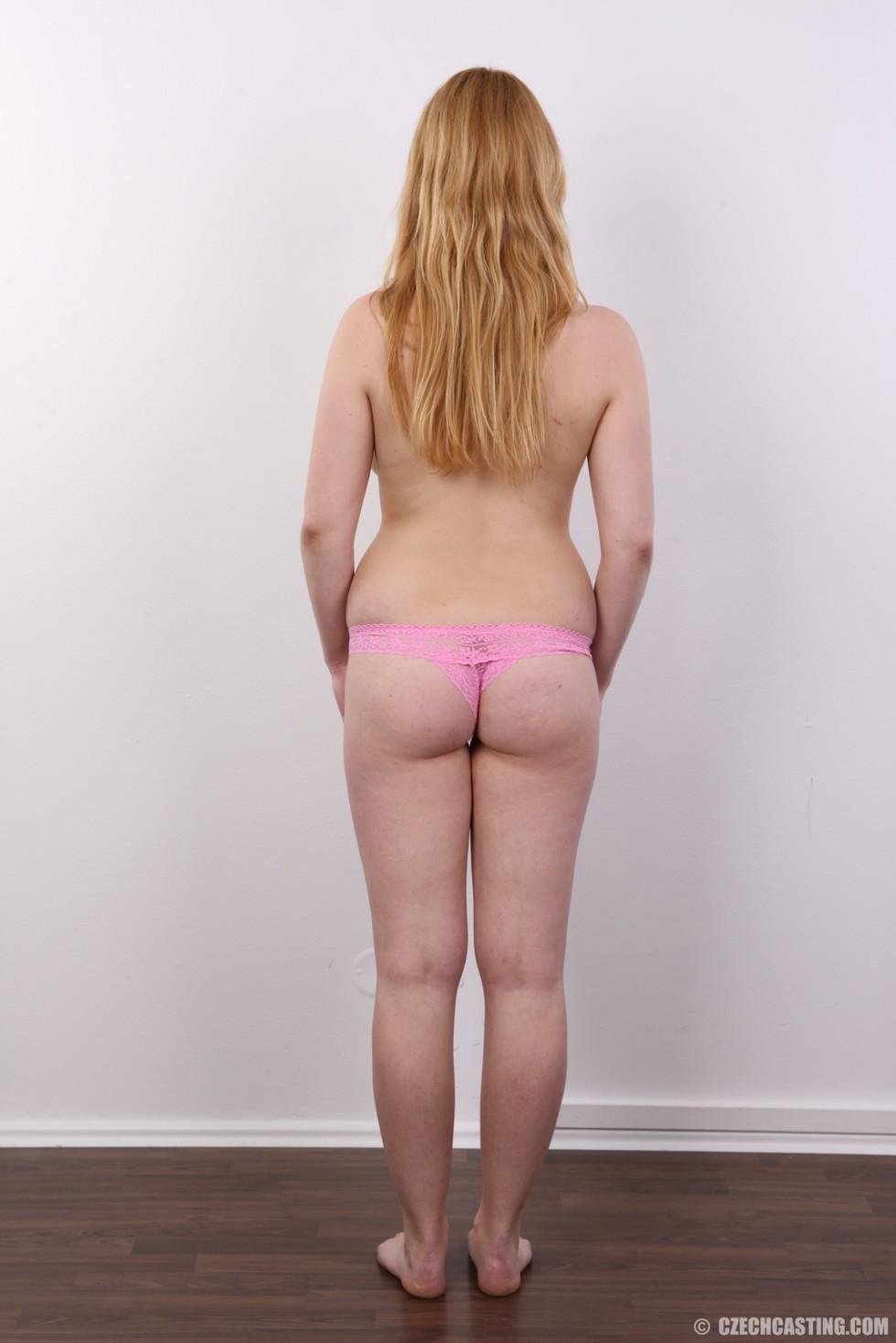 Рыжеволосая девушка оказывается не из стеснительных и показывает свое обнаженное тело