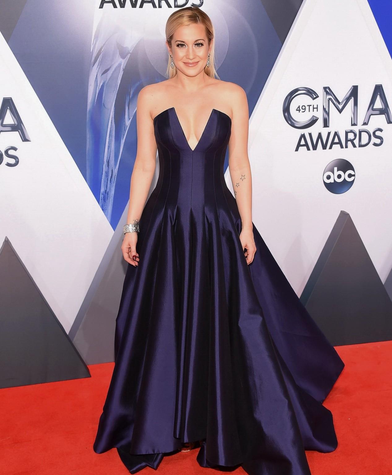 Келли Пиклер показывает себя на приеме в шикарном платье с глубоким вырезом в декольте