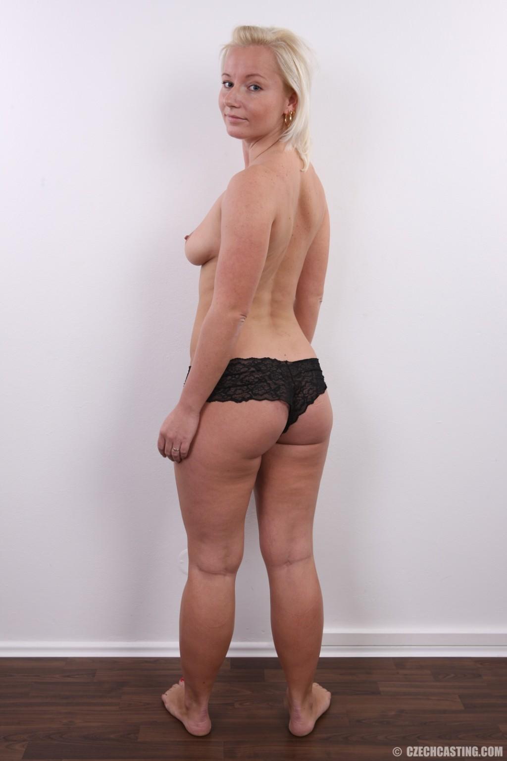 Голенькая пизденка с выпирающим клитором у невысокой блонды
