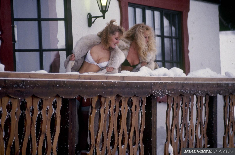 Ретро снимки, на которых две блондинки ублажают трех самцов, стараясь каждому доставить удовольствие