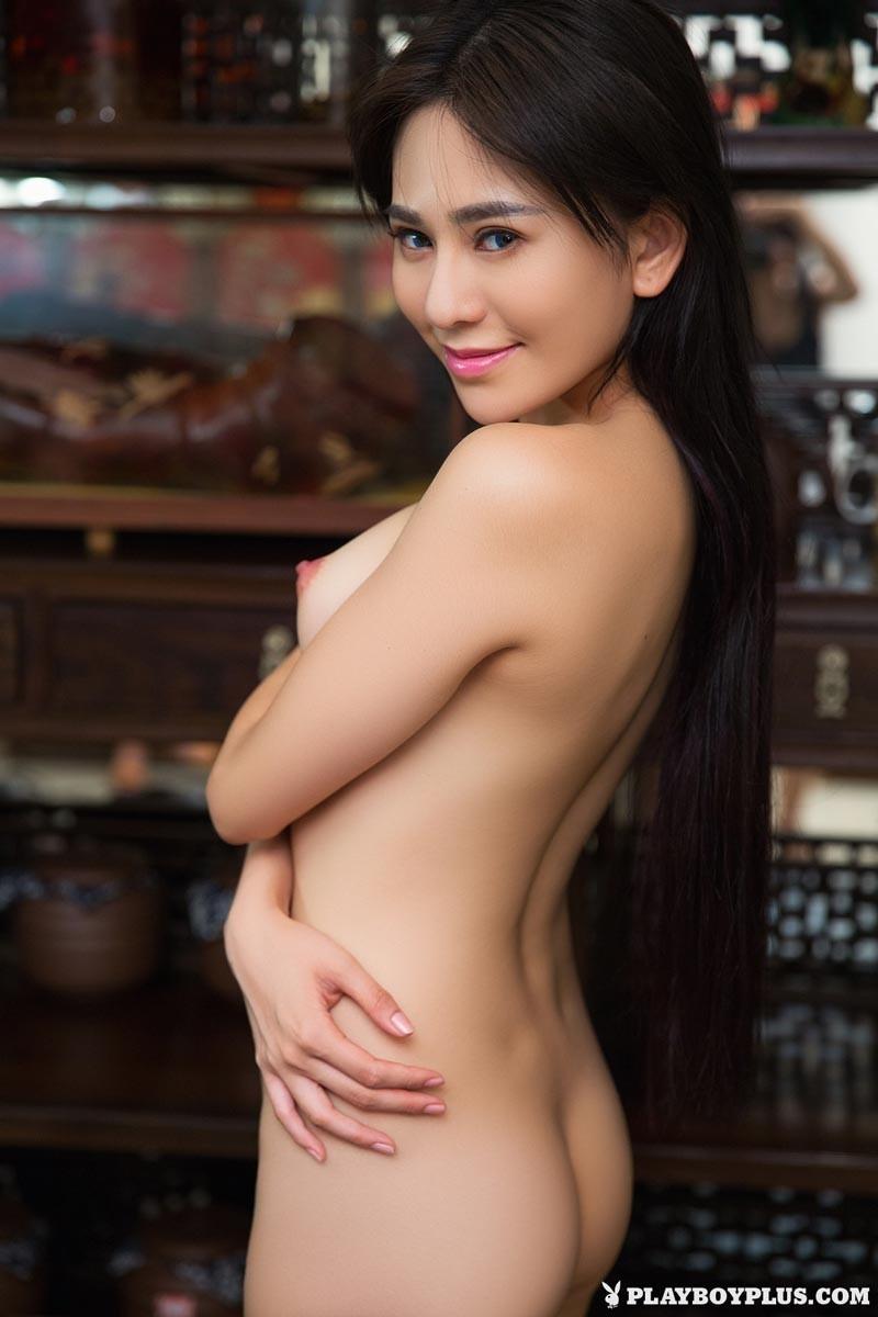 Горячая азиатка показывает свою миниатюрную фигурку, обнажая все самые интимные зоны