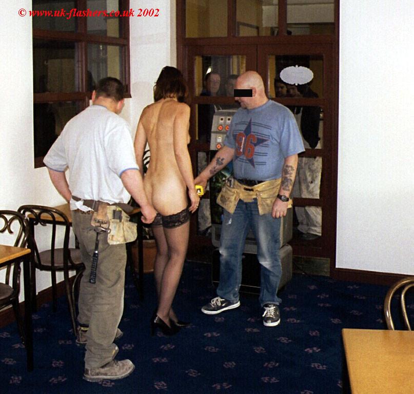 Джанна заходит в кафе в одних чулках, мужчины не могут отвести от нее взгляд и просто тут трахают