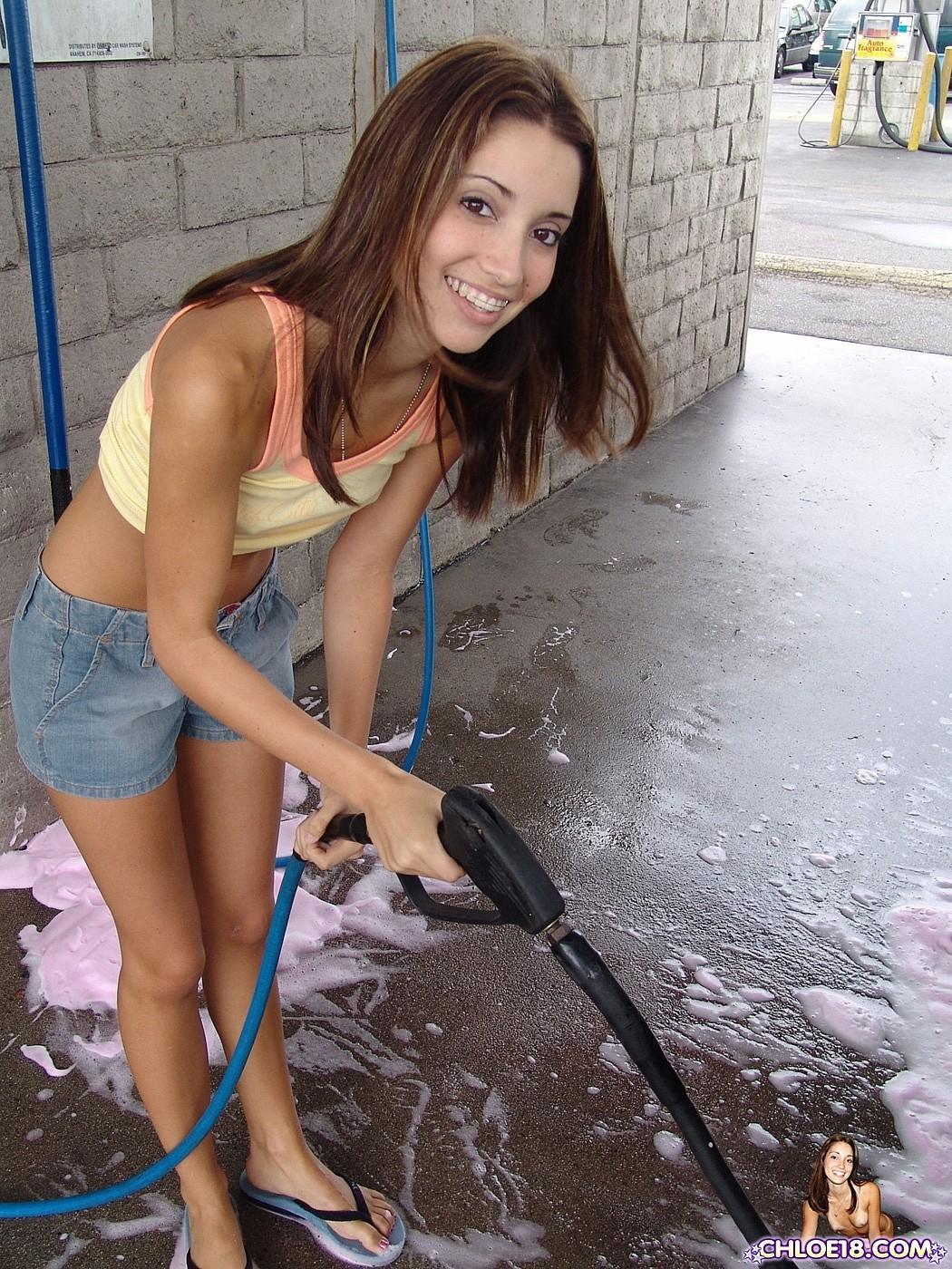 Девушка устраивает экстремальное шоу парню в то время, когда моют их машину