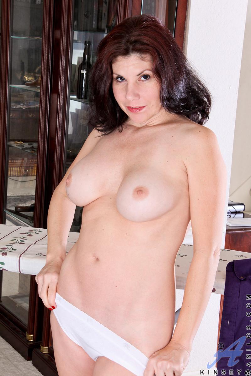 Грудастая жена с интимной стрижкой мастурбирует промежность перед камерой
