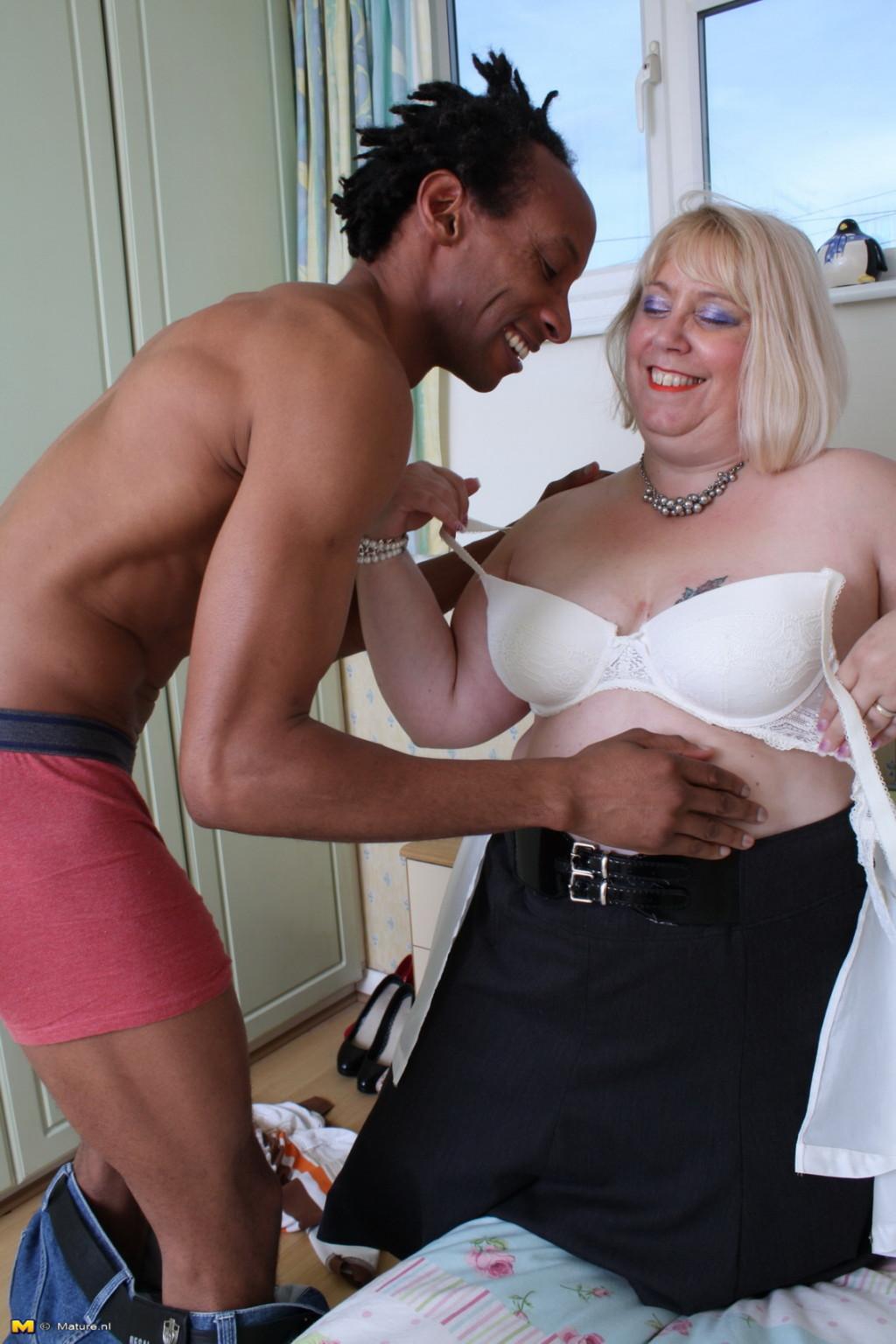 Горячая британская толстушка разрешает лапать себя молодому темнокожему мужчине и делать куни